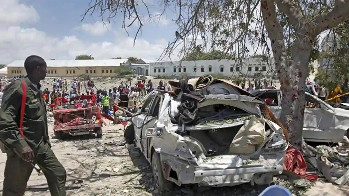 Suicide bomber kills 14 in attack aimed at Somali PM