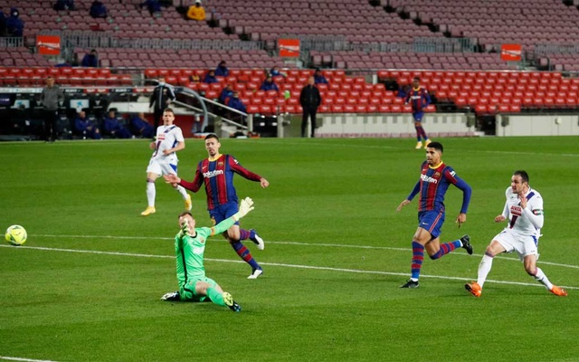 Messi watches as Barcelona held by Eibar