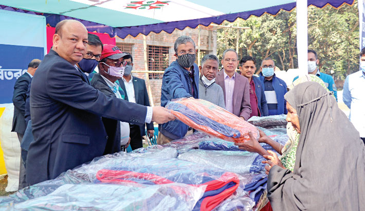 Dhaka Bank gives blankets to cold-hit people in N'ganj