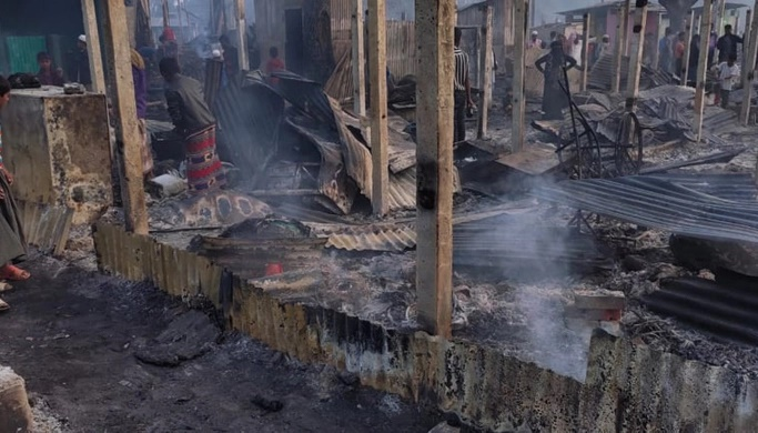 Fire guts over 400 houses in Rohingya camp