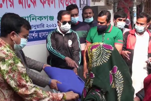 Bashundhara Group presents blankets to cold-hit people in Manikganj