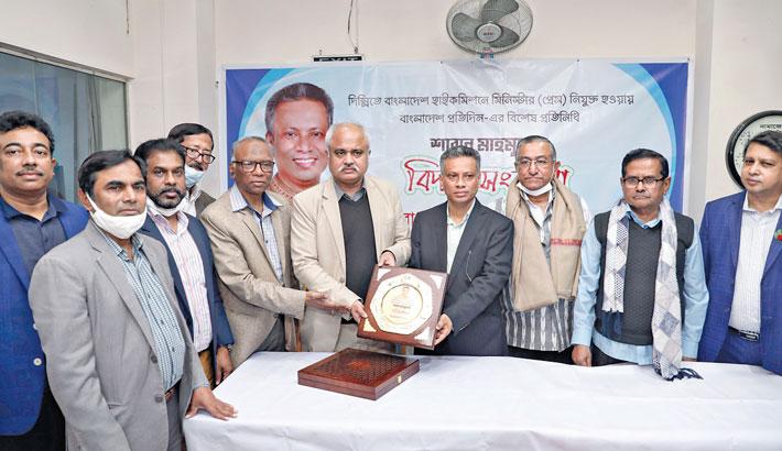 Editor of Bangladesh Pratidin Naem Nizam presents a crest