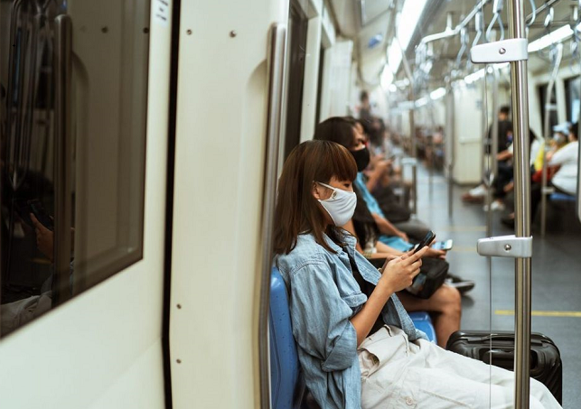Don't talk on public transport: French doctors
