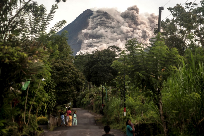 Indonesian volcano erupts, spewing hot ash three kilometres away