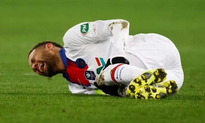 Injured Neymar out of PSG's Champions League clash with Barcelona