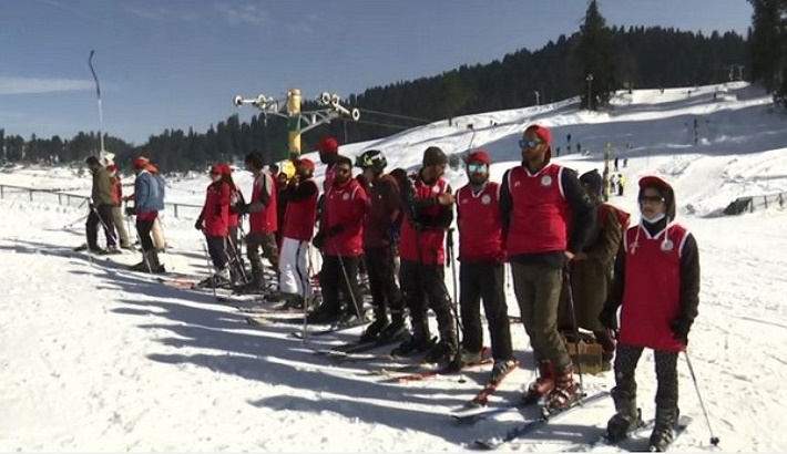 Young tourists flock to Gulmarg to learn skiing