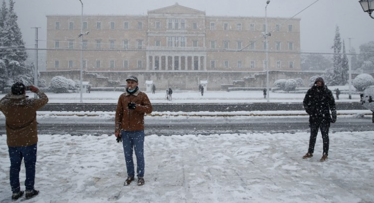 Heavy snowfall blankets Athens; vaccinations postponed