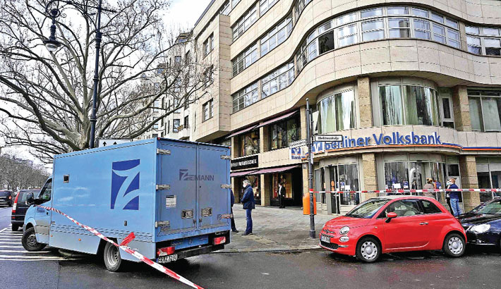 The police after a robbery in the Kurfuerstendamm avenue