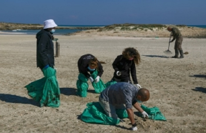 Israel scrambles to clean beaches after massive tar pollution