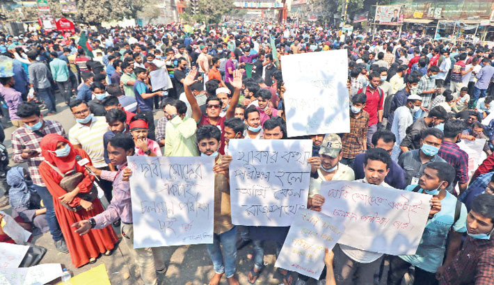 Students of seven colleges affiliated with Dhaka University stage