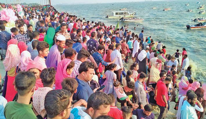 Tourists crowd into Patenga sea beach