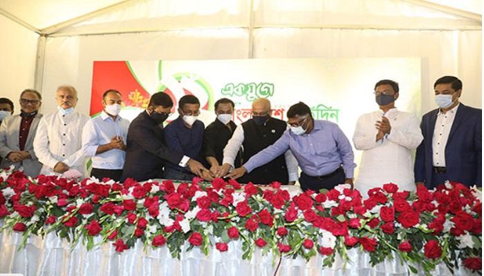 Bashundhara Group Managing Director inaugurates celebration of Bangladesh Pratidin founding anniversary by cutting a cake