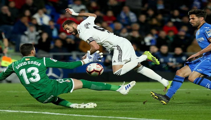 Atletico held by 10-man Getafe as Benzema double saves Real