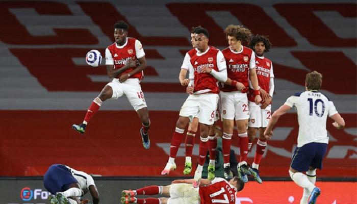 Arsenal beat 10-man Tottenham, Iheanacho hat-trick inspires Leicester