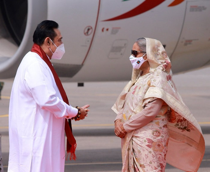 PM Hasina receives Lankan Prime Minister with bouquet at the airport