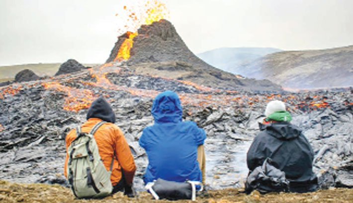 Thousands flock to Iceland's erupting volcano