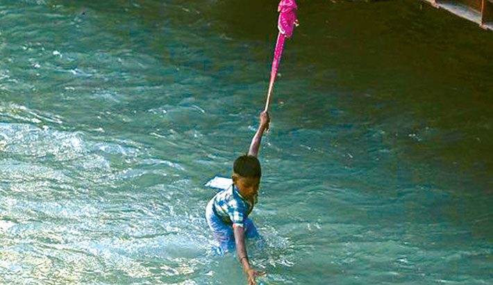 Coin hunters dive for fortunes in the sacred Ganges