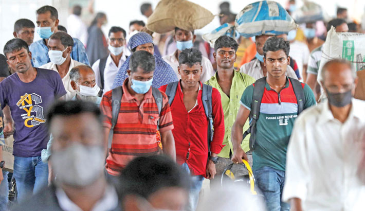 Homebound passengers, most of whom are without face masks or pull this