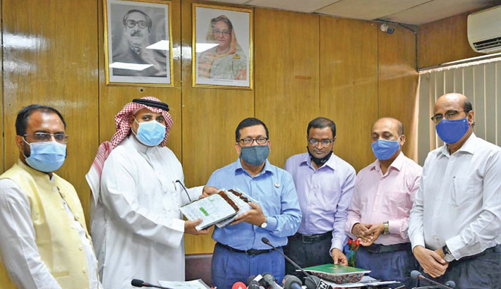 A representative of Saudi Government hands over packets of dates to Disaster Management