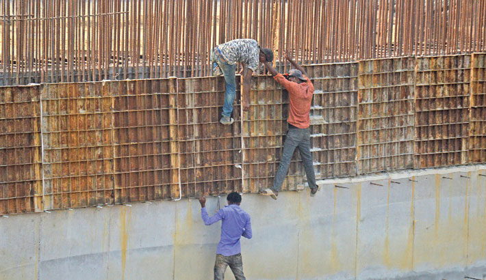 Construction workers are doing work without taking necessary safety measures