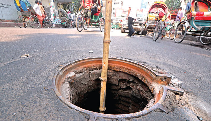 An open manhole poses danger to the running vehicles on the motorway due to negligence