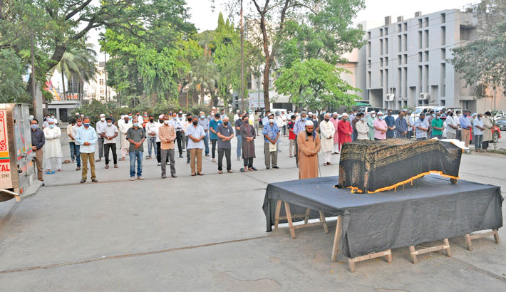 Journalists along with others attend the namaz-e-janaza of Hassan Shahriar