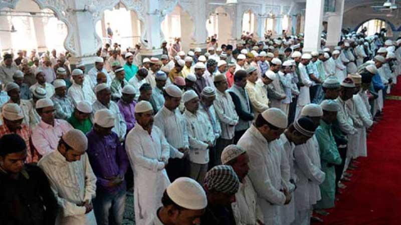 Huge numbers of devotees attend Tarabi prayers defying govt directives