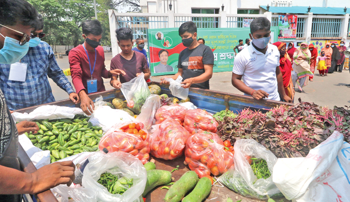 Distribute free vegetables among low-income people