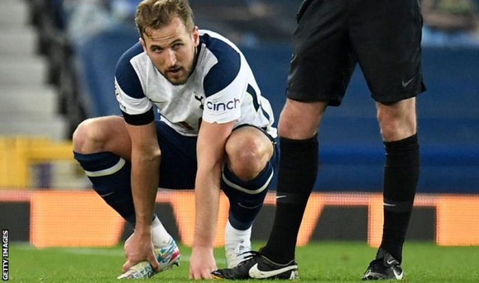 Kane suffers injury after scoring twice to earn point for Spurs at Everton