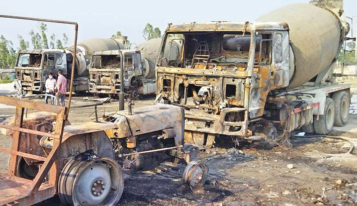 Five killed as police, workers clash in Ctg
