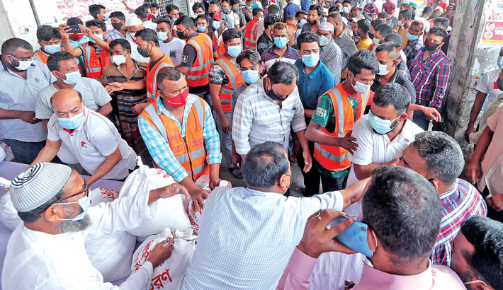 Distributes food items among transport workers