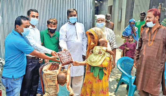 Shaikh Shamsul Arefin distributes Iftar items among poor people