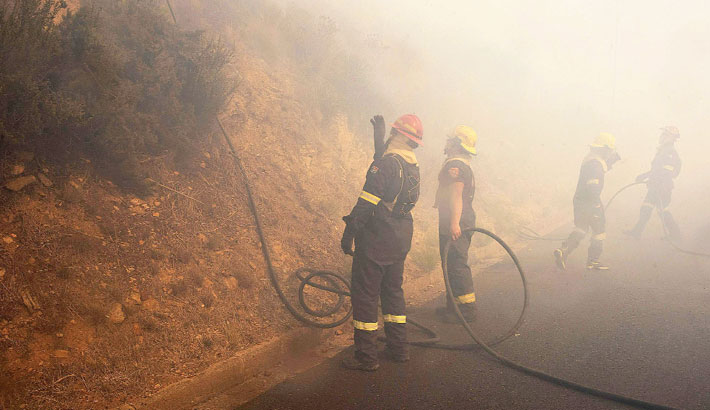 Mountain fire spreads in Cape Town