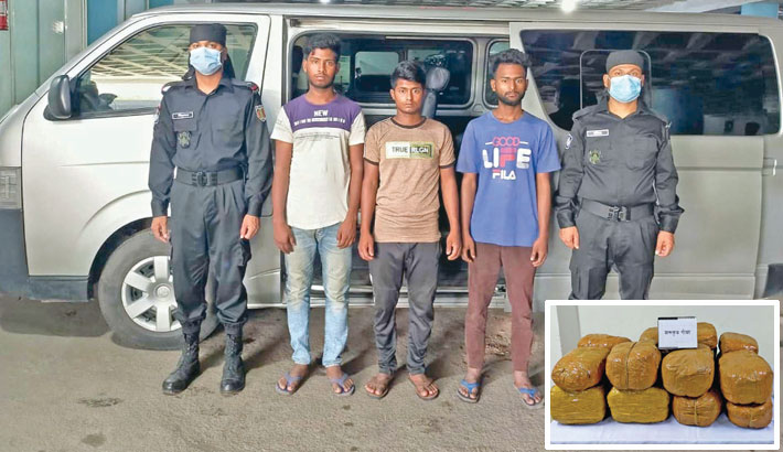 RAB personnel produce three drug traders before journalists after arresting