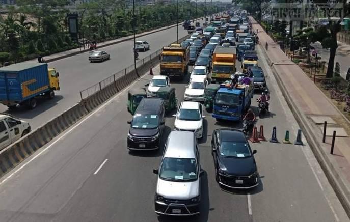 Lockdown: Private cars rise on Dhaka roads
