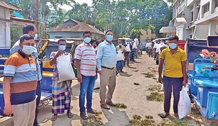 Distributes relief materials among the lockdown-hit poor people