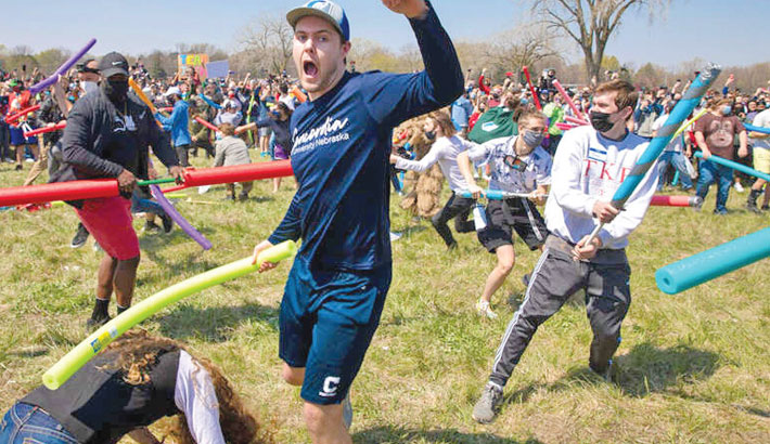 Crowds show up in US park for pool noodle battle