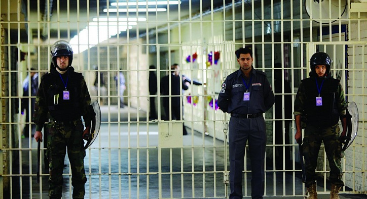 Iraqi police questioned after 21 prisoners escape jail