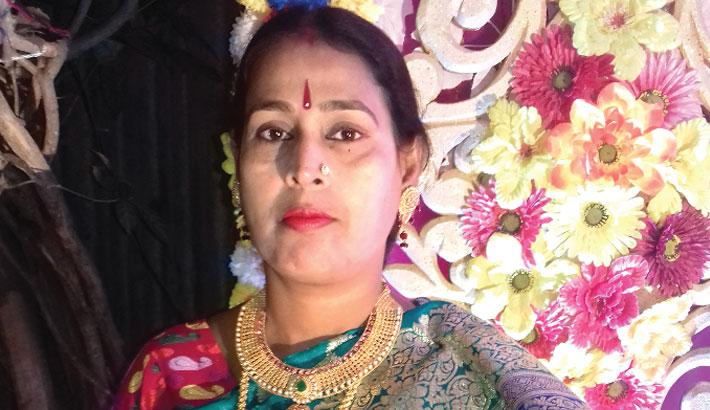 Woman falls off rickshaw during mugging, dies