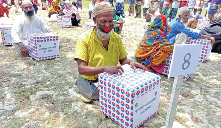 Workless people collect relief materials