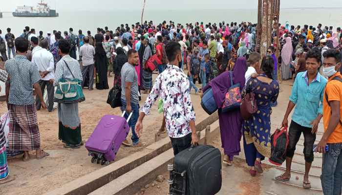 Mad rush of homebound people at Paturia terminal