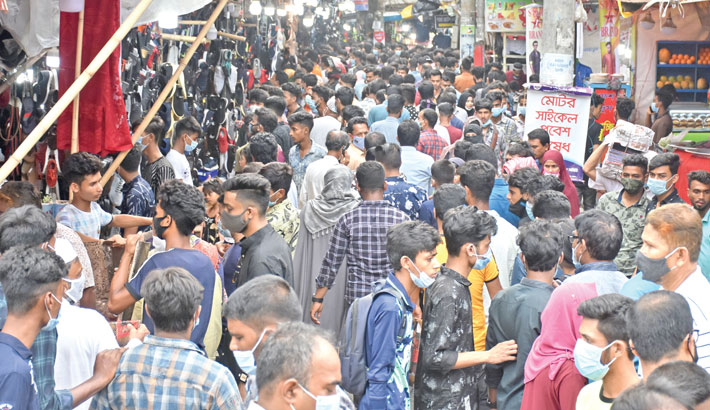 People crowd a market in Tomakundi area of Chattogram port city