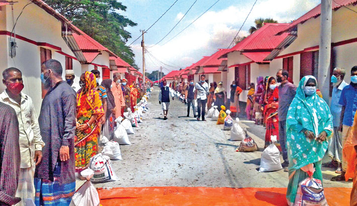 Distributes relief materials among the lockdown-hit workless people