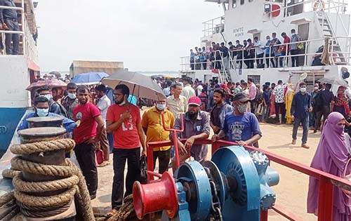 Ferry ghats see moderate crowds as Eid holidaymakers returning to Dhaka