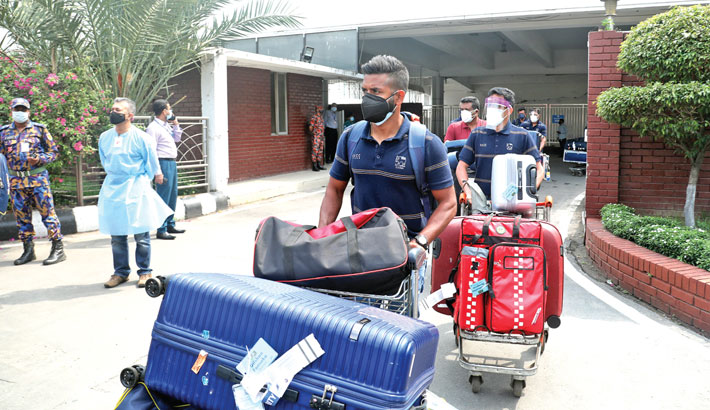Lankan cricketers arrive in Dhaka