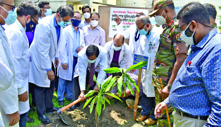 Inaugurates a tree plantation programme by planting a sapling on the university premises