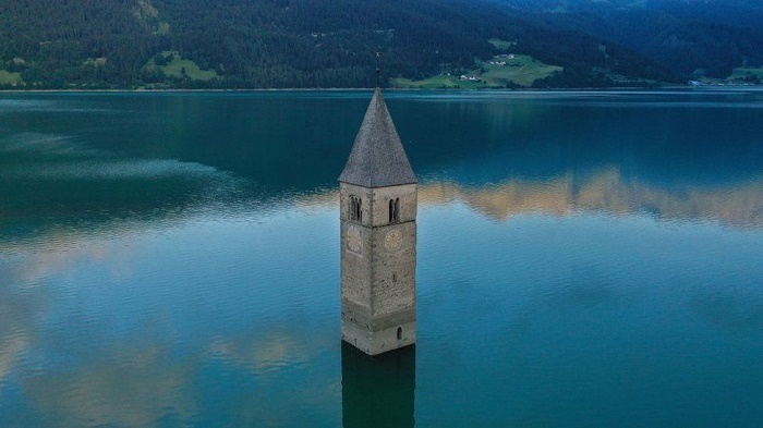 Lost village emerges from Italian lake