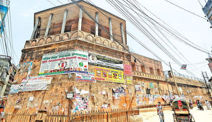 Left uncared for, Lalbagh Fort's wall losing grandeur