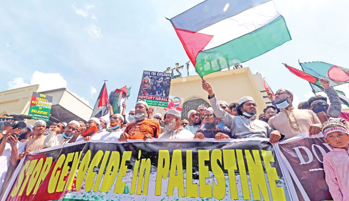 Holding placards, banners and national flags of Palestine