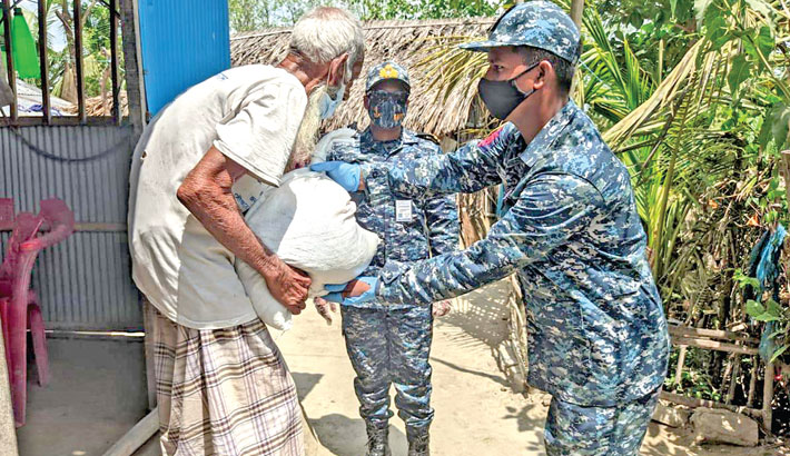 The naval force distributed cash and foods among the poor in different areas